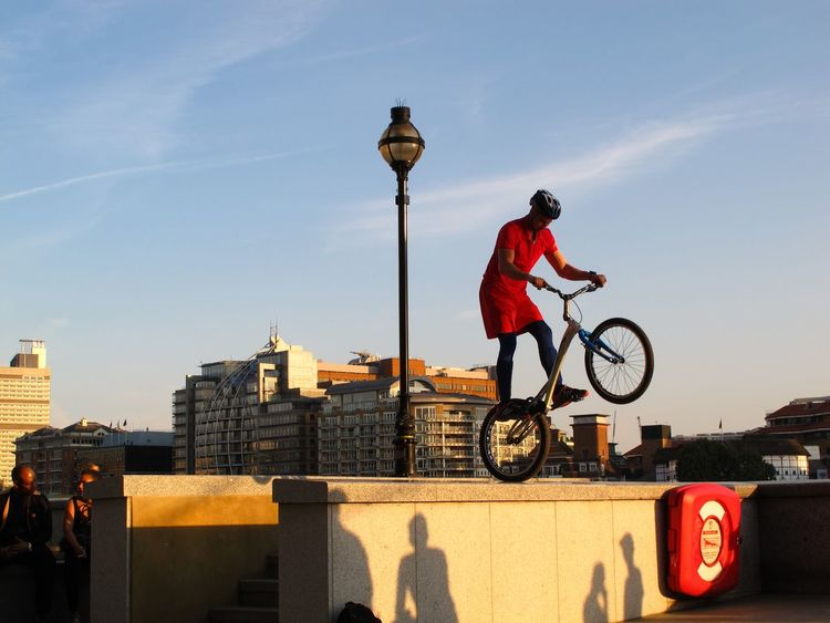 Go for it! People And Places Bicycle Sports Sports Photography Parcours Sportifs Parcours Leisure Activity On The Move Lifestyles Architecture Streetphotography Cycling City London City Life Sunlight Warm Light Evening Light People Watching Urbanphotography Urban Lifestyle CyclingUnites Sportsphotography What Who Where The City Light #urbanana: The Urban Playground