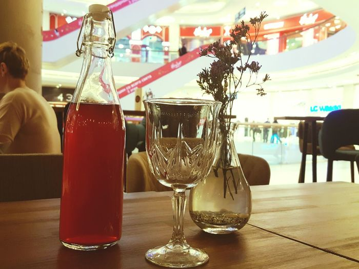 Indoors  Food And Drink Drink Bar - Drink Establishment Alcohol Bar Counter People Freshness Day Happy Hour Food And Drink Industry Red Caffè