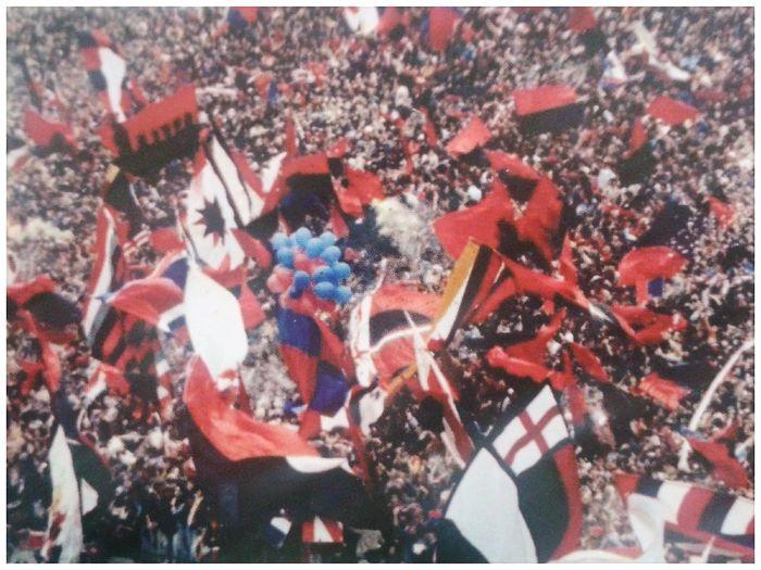 Gradinata Nord fine anni 70. Fossa dei Grifoni. Fossa Dei Grifoni Gradinata Nord Genoa Cricket And Football Club 1893 Rossoblu Red&blue Tifo Tifosi Supporters Torcida  70s Football Stadium Photo Of A Photo Crowd Fan - Enthusiast Audience Stadium Celebration Excitement Flag Event