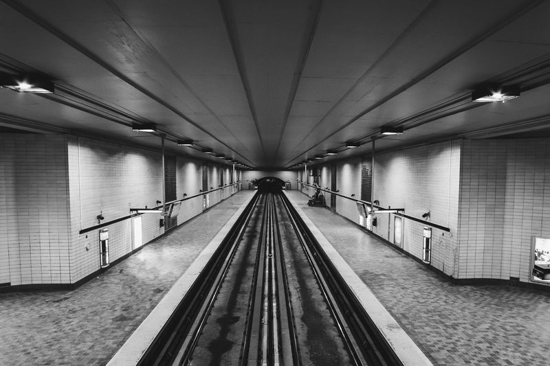 Métro montreal Black&white Black And White Photography Blackandwhite Photography Canada Quebec Blackandwhite Subway Station Streetphotography_bw Montréal Streetphotographer Streetphoto_bw Street Light FUJIFILM X-T2 Streetphotography Model Fujifilm Fujifilm_xseries Photooftheday Symmetry Transportation Architecture The Way Forward Direction Diminishing Perspective Built Structure Connection Railroad Track Track Subway Public Transportation