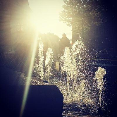 Afternoonsun Everythingisgolden Strangers PassingBy springfeeling springinthecity water fountain thisisleipzig