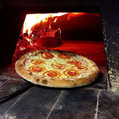 Isso é uma tentação! Food Pizza Massa Delicia Happyhour Paulaopizzaria Francasp Woodstove Fornoalenha Tentacao Catupiry Cheese Thebest Stuffededge