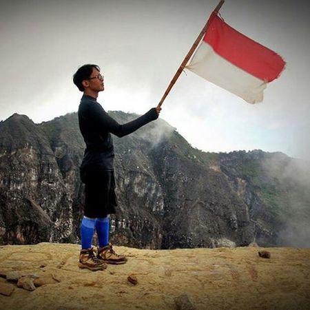 Dari puncak Gunung Ciremai 3142 Mdpl untuk Indonesia... Ootd Adventuremerahputih Indosatsnap Indonesiabagus Motivation Id_pendaki Jejakpetualang Pendakiindonesia
