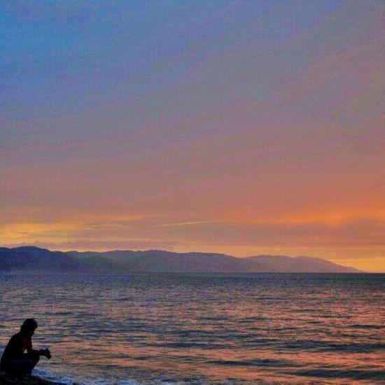 Sunsetlover Sea #pacific Ocean #puerto Vallarta Sea Inevitable tomarle fotos a este atardecer, ahi se ve otra persona haciendo lo mismo que yo. *~*