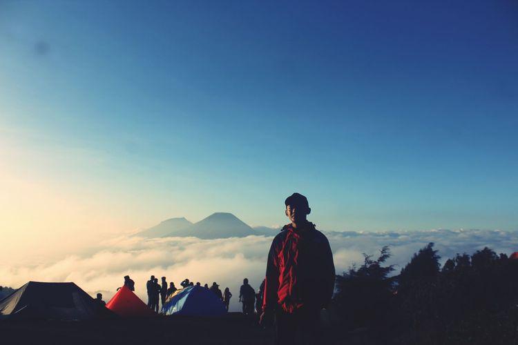 Mentari dipagi hari yang sangat memanjakan mata disambut dengan eloknya hamparan awan dan bukit