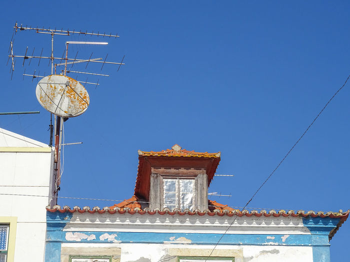 Old Satelite bowl - Alcácer do Sal (Alentejo / Portugal) Antenas Rooftop TELHAS Blue Building Exterior Clear Sky Day Low Angle View No People Old Buildings Parabolica Satelite Bowl Sky Television Aerial Telhado