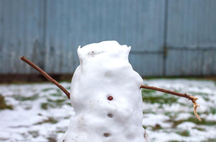 Tauwetter Es Taut Thaw Thawing Broken Ohne Kopf Schneemann Snowman Cold Cold Temperature Focus On Foreground White