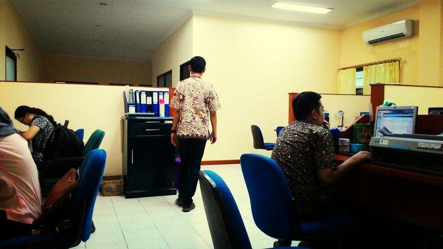 Suasana sore di ruang kerjaa