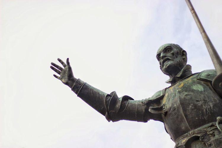 Don quixote bronze statue at plaza de espana