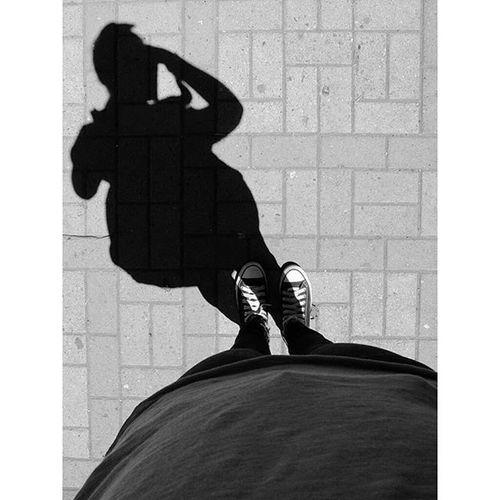 ♪Lo que no es palpable te daré lo que no es visible escúchame te daré mis zapatos y mis pies te daré mi camisa con mi piel la chaqueta las prendas que no mencione...♪Myshadow Walker Walkertown Dejandohuella Makingtheirmark Converse Town Silvia Cauca Colombia Urbanphotography Streetphotography Blancoynegro Blackandwhite Blackandwhitephotography Fujifilmcolombia Fujix30
