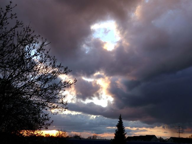 Sky This Evening Gorgeous Sky View Through My Window For My Friends 😍😘🎁 Eye4photography  Enjoyinglife  Simple Beauty Enjoying The View Tranquility Cloud - Sky Dramatic Sky Beetween Dark Clouds I See Always A Bit Blue Sky🦄 Beauty In Nature