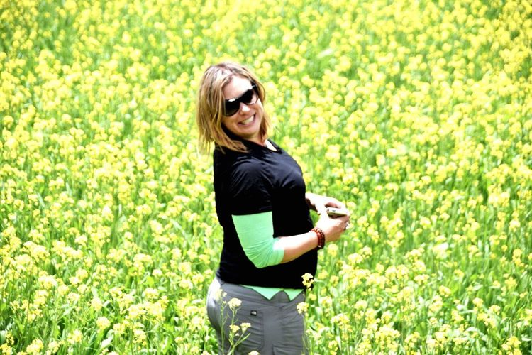 EyeEm Selects Sunglasses One Woman Only Green Color Flowers Yellow Yellow Flower Outdoors Blond Hair Smiling Nature Sommergefühle Real People Summertime Summerfeelings Freedom Free Adventure Women In The Wild Travel Destinations Tibet Tibet Travel Sommergefühle EyeEm Selects