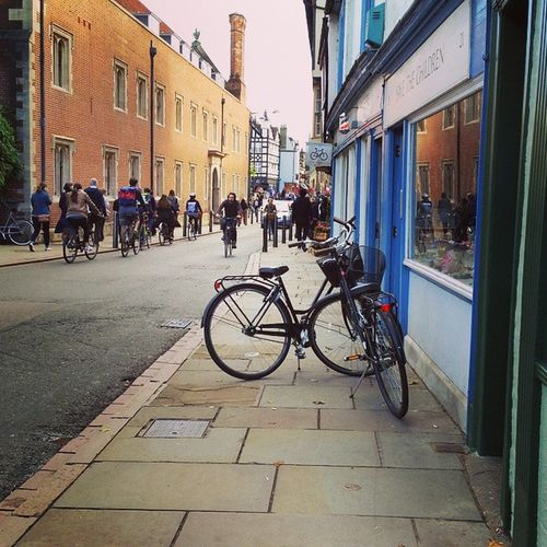 Students and city residents prefer driving on two wheels instead of four to tour the medieval city and as transport to reach his workplace... Cambridge Cambridgeshire Lovecambridge LoveEngland England Bike Citybike Bikefriendly Justaroundthecorner