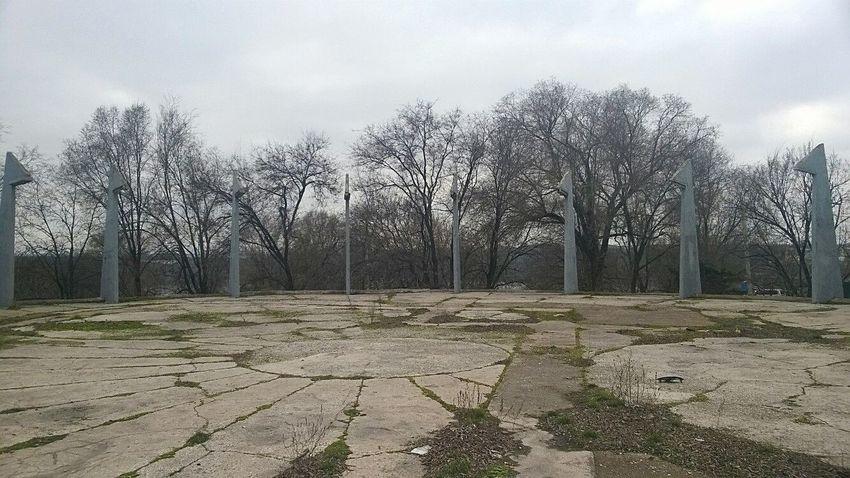 Strange Monument монумент странно заброшенное деревья