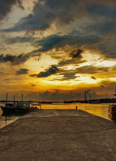 The golden hour. Landscape Sunset_collection Sunset #sun #clouds #skylovers #sky #nature #beautifulinnature #naturalbeauty #photography #landscape Malaysia Portklang Klang Beach Silhouette Sand Reflection Romantic Sky Fishing Boat Seascape Tide Coast Fishing Industry