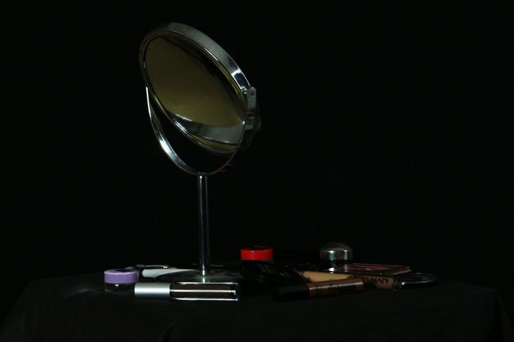 Miroir Make Uo Maquillage Black Background Wineglass Table Close-up