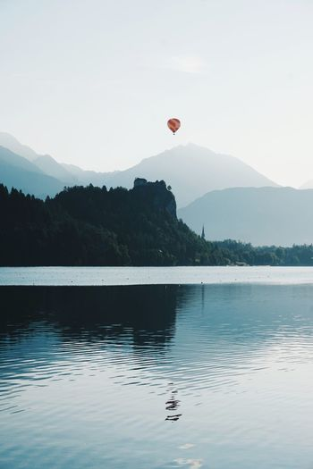 balloon above the water Tree Hot Air Balloon Water Mountain Flying Lake Mid-air Reflection Forest Sky Mountain Peak Zermatt Balloon Majestic Mountain Range Helium Rocky Mountains Sunset Helium Balloon Float Contrail Mountain Ridge Valley Silhouette Calm Inflating Banff  Rays 17.62°