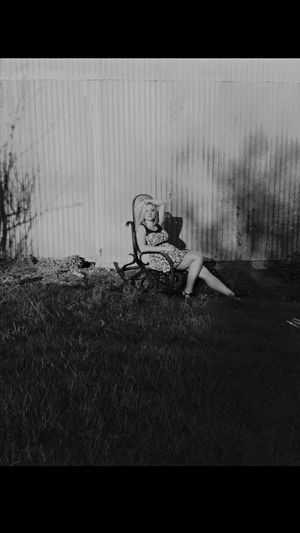 Rocking-chair Portrait Of A Friend Blackandwhite Fille Girl Jardin Notes From The Underground