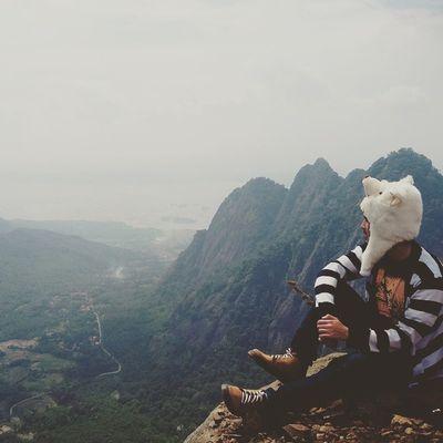 """Menjadi pecandu ketinggian.. Jika kamu penyuka ketinggian dan ingin mencoba tantangan, tapi belum terlalu sering mendaki gunung, bisa coba nih naik gunung yg satu ini. Ketinggiannya hanya sekitar 900-an Mdpl tapi treknya cukup menantang. Treknya bisa mencapai 80' dengan jalan yg licin dan berbatu. Selain kamu bisa menempuhnya dengan cara """"pulang pergi"""", kamu juga bisa kemah di tempat ini. . Perjuangan yg kamu hadapi akan sebanding dengan view pemandangan yg ada. Nama gunung itu adalah GUNUNG BONGKOK PURWAKARTA.. . (Review rute dan rute alternatif untuk mencapai lokasi ini akan ditulis di buku """"Bandung.Is.Me"""") Topi keren by @carousel.store . Ridwanderful TravelingPakeReceh JarambahBandung DiBawahLangitBandung BandungIsMe"""