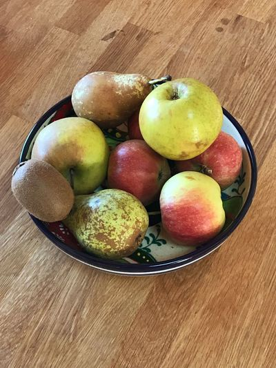Frisches Obst in einer Schale auf einem Holztisch Apples Organic Food Peaches Apfel Birne ökologisch Food And Drink Food Table Freshness High Angle View Healthy Eating Wellbeing Still Life Fruit Bowl Directly Above Organic Close-up