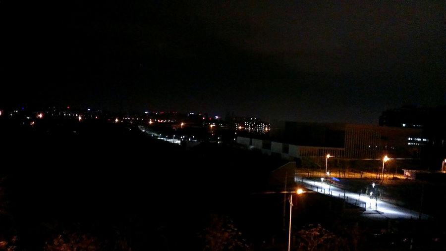 晚上看见的室外篮球场