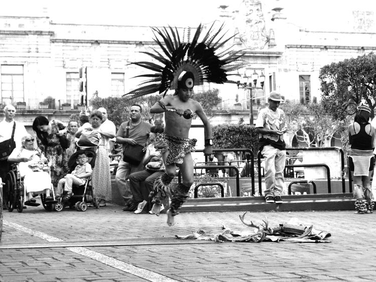 Streetphoto_bw Streetphotography Black & White Blanco Y Negro Peoplephotography People Guadalajara Mexico Leslie_Gr_In Danzantes