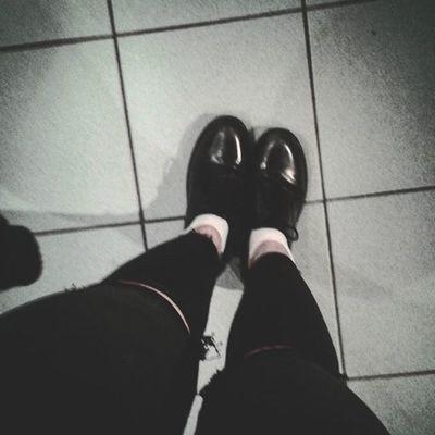 I Put some Newshoes on and suddenly evrything is right :) Ohrwurm SchülerB Liosnapshot Schönefüße Weißesocken Blackandwhite Black Shoes Boden Schwarz Schwarzundweiß