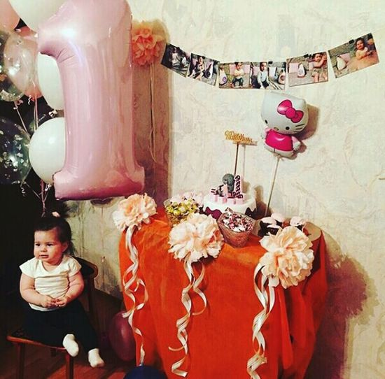 Главный виновник торжества😄😘💕🎉🎊🎂🎈🎁 HappyBirthday 1year Celebration Home Niece 💕 Family❤ Birthday Cake Balloon FirstEyeEmPic First Eyem Photo Indoors  Adult Child Females One Person People Looking At Camera Childhood Sitting