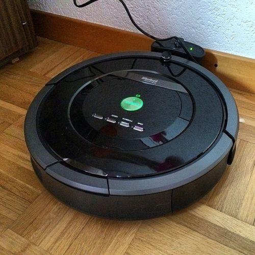 Schön brav steht er in der Ecke und lädt sich auf. #Roboter #staubsauger #irobot #roomba IRobot Staubsauger Roboter Roomba