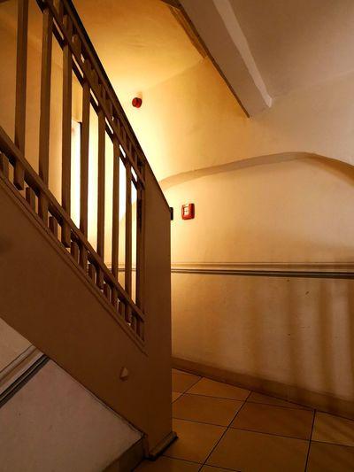 Früher war man kleiner :) Altes Treppenhaus Stairs Historical Building Geländer Treppenhaus Holzgeländer Innenraum Indide Taking Photos Tadaa Community EyeEm Selects City Architecture Built Structure