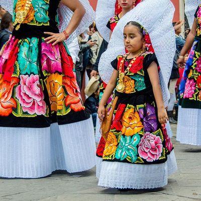 Con estilo desde pequeñas... • ¡Ven y @vive_oaxaca! PhotoWalk_Oaxaca OaxacaAPie Mm_gentemaravillosa MexicoColores