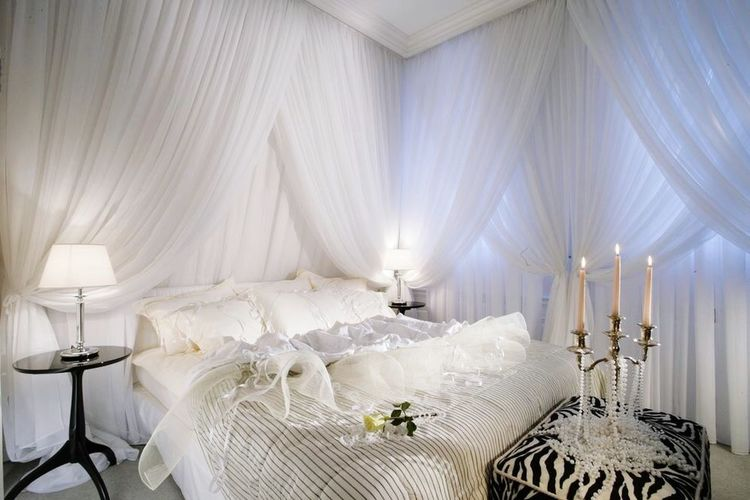 Put Your Lights On Moderndesign Interior Design Design Useofspace Contemporary White And Black
