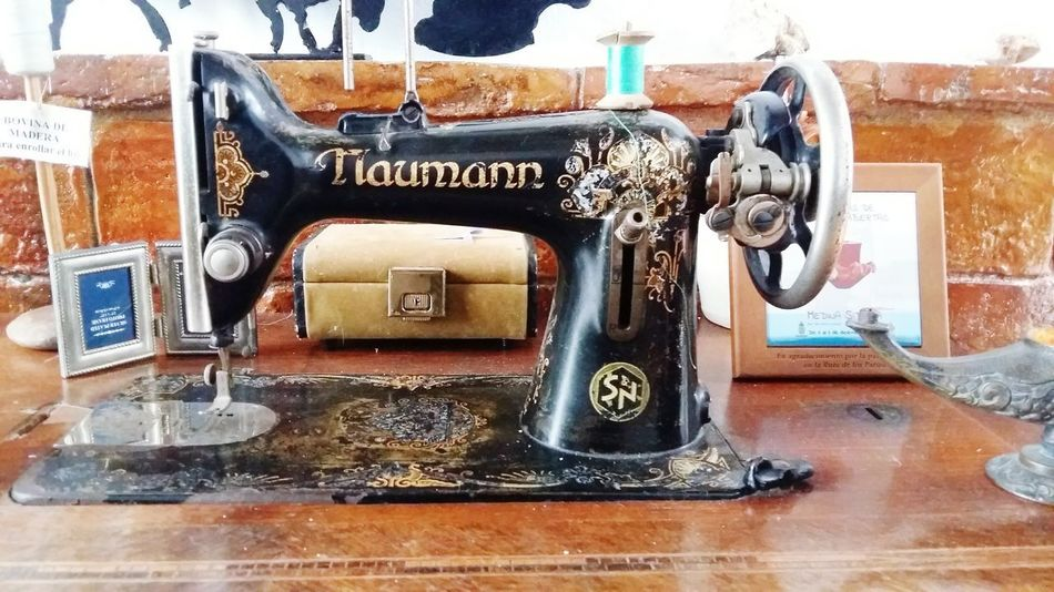 Old Sewing Machine No People Day Old Old House Cottage Maquina De Costura Old-fashioned Retro Styled Technology Indoors  Sewing Machine Machinery No People Manufacturing Equipment Close-up Antique Indoors  Vintage
