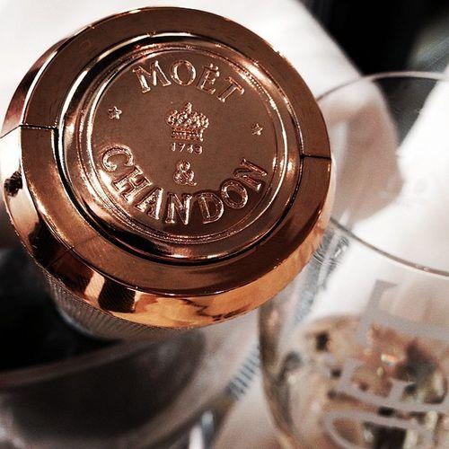 Ein besonderes Geschenk, Danke. Champagnerverschluss Moëtchandon Champagner Moet Chandon hübsch gold klassisch gut regina champagnerbar bar karstadt lecker yummy