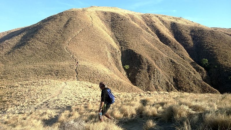 Gili Lawa EyeEm Selects National Geographic Komodo National Park Sand Dune Desert Men Sand Hiking Pyramid Adventure Full Length Sky Landscape Rock Hoodoo Canyon Natural Landmark Arid Landscape Rocky Mountains Physical Geography