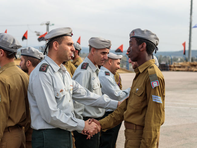 Mishmar David, Israel, Februar 21, 2018 : Officers of the IDF talk with a soldier during the formation in Engineering Corps Fallen Memorial Monument in Mishmar David, Israel Engineering Corps Fallen Memorial Monument Event Formation Jewish Patriotism Service Soldier Standing Uniform Warrior Armed Army Ceremony Day Education Group Idf Infantry Israel Defence Force Military Parade Professional Protection Training Weapon