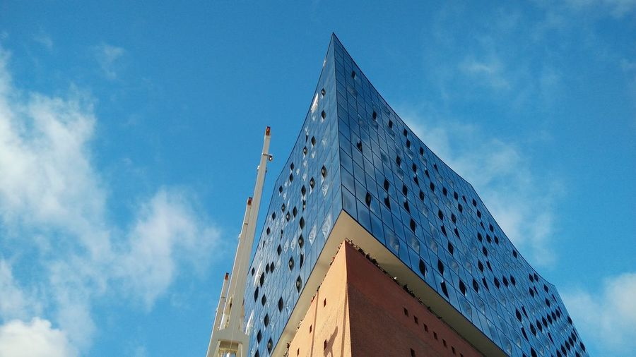 Elbphilharmonie II. · Hamburg Germany 040 Hh Hamburgmeineperle Elphi Opéra Operahouse Culture Entertainment Architecture Landmark Monument Modern Built Structure Low Angle View Tourist Attraction  The Purist (no Edit, No Filter) Blue Sky Sunny Day