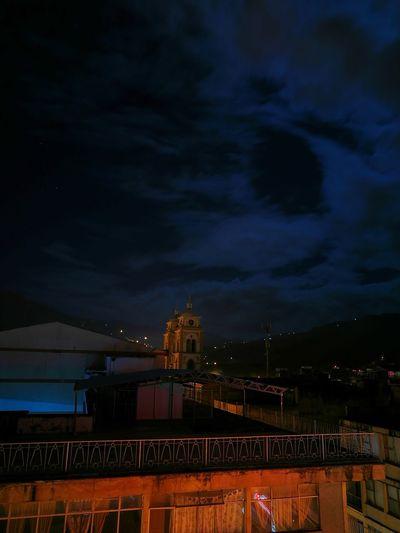 Una mirada al cielo desde el infierno Night Architecture Sky City
