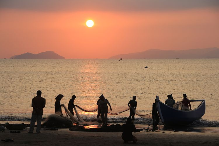Photography Aceh Culture Aceh Fishing Fish INDONESIA Nautical Vessel Water Sea Sunset Beach Fisherman Men Silhouette Occupation Standing Fishing Equipment Commercial Fishing Net Wave Rushing Seascape Fishing Industry Fishing Net Catch Of Fish Fishing Pole Koi Carp Fishes Fish Market Surf Fishing Boat