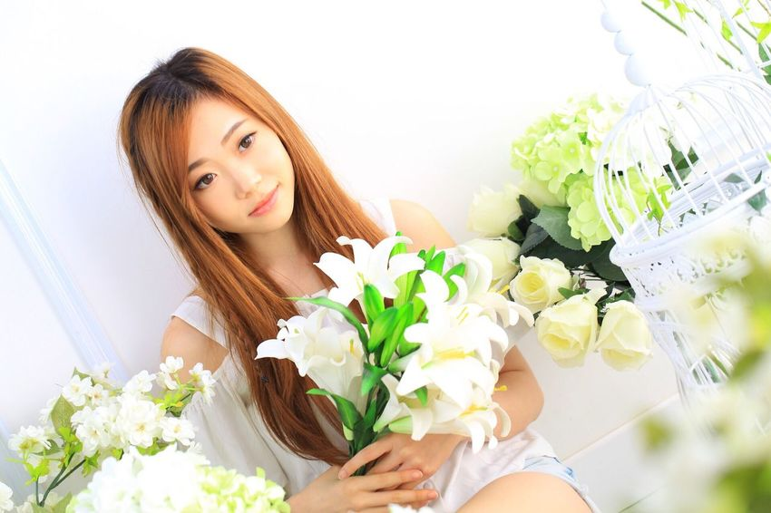 Flower Bouquet Beauty Beautiful People Beautiful Woman Rose - Flower Beauty In Nature Young Adult Bunch Of Flowers Young Women Women Freshness Fragility Bride One Young Woman Only Portrait Adult Nature Flower Head Only Women