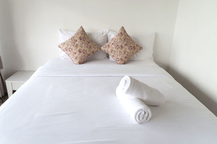 Arrangement B Bed Bunch Of Flowers Indoors  Large Group Of Objects No People Pillow Selective Focus Still Life Towel White