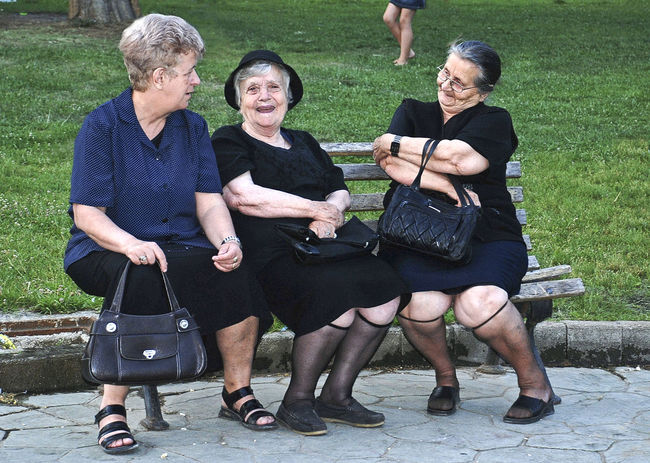 Girlfriends in the park Adult Benchlovers Day Friendship Laughter Mature Women Old Ladies Outdoors People Sitting Togetherness ın The Park