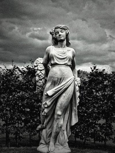 De Meiden van Demen Statue Stone Jixipix Filter Dramatic Black And White