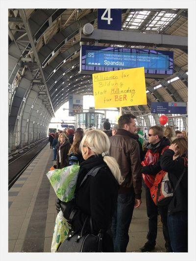 """Lehrer streiken in Berlin. Schön fand ich auch: """"Bildung kostet Geld nicht nur unsere Nerven."""""""