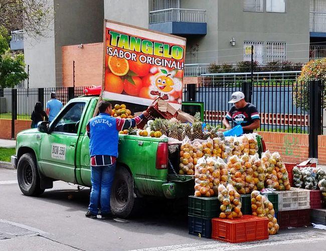 Economie Informal. Vente D'oranges Sur L'avenue. Bogota. City Riot Police Force Law Supermarket