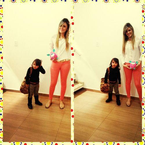 Ela é a minha tia e eu a sobrinha dela! Ela leva a bolsa e eu o Furby. :)