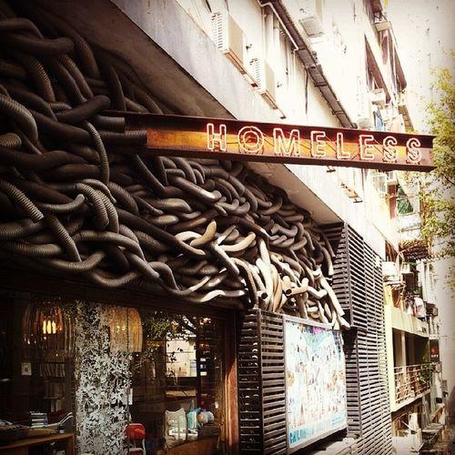 九記牛腩 等侯中,旁边的餐厅拍一下。 HongKong