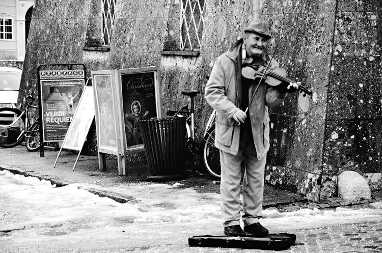 Street violinist Original Experiences Streetphotography Old Man Violin Violinist Feel The Journey Black And White Black And White Collection  Black And White Portrait Street Performer