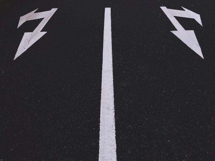 标 Sign Guidance Road Symbol Direction Arrow Symbol Communication Asphalt White Color No People Marking Road Marking Transportation Road Sign Full Frame Day The Way Forward Outdoors Directional Sign High Angle View