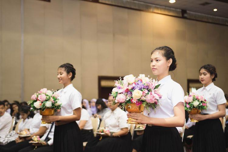 girl & flash Florist Bride Flower Young Women Bouquet Wedding Dress Togetherness Women Life Events Standing